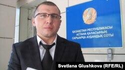 Адвокат Анатолий Утбанов, подавший иск к Национальному банку. Астана, 1 августа 2014 года.