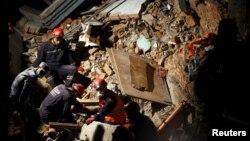 Рятувальники з Непалу, Туреччини та Китаю намагаються знайти живих людей під завалами, Катманду, 27 квітня 2015 року