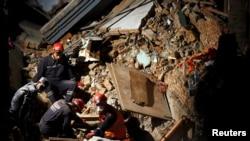 Непал, Қытай және Түркия құтқарушылары зілзаладан қираған қонақүй орнын аршып жатыр. Катманду, Непал, 27 сәуір 2015 жыл.