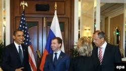 دیمیتری مدودیف، رئیس جمهوری روسیه، براک اوباما، همتای آمریکاییش همراه هیلاری کلینتون و سرگئی لاوروف، وزرای خارجه دو کشور