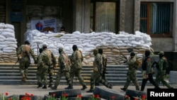 Personat e armatosur prorusë afër barrikadës së ngritur në një ndërtesë rajonale të administratës në Sllovjansk të Ukrainës