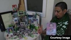 Поддержавшая акцию иранка Шахназ Карим Бейги сидит у стола с фотографиями сына, погибшего в антиправительственных протестах 2009 года.