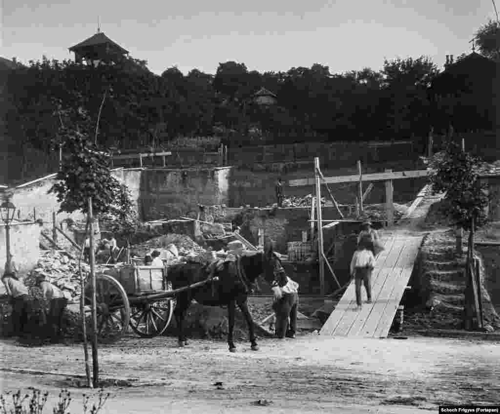 На горе Геллерт закладывается фундамент знаменитой виллы Хегедюша, 1913 год