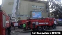 Пожарные машины у горящего здания Академии искусств имени Жургенова. Алматы, 20 марта 2015 года.