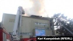 Охваченное огнем здание учебного корпуса Казахской академии искусств имени Жургенова. Алматы, 20 марта 2015 года.
