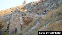 Сохранившиеся остатки стены генуэзской крепости впечатляют