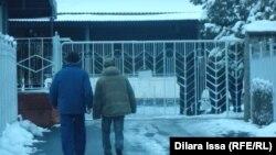 У ворот компании «Шымкентпиво», принадлежащей арестованному бизнесмену Тохтару Тулешову. 30 января 2016 года.