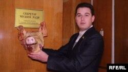 Кандидат у депутати, член партії «Батьківщина» Дмитро Верзілов презентує секретарю міської ради Краматорська свинячу голову