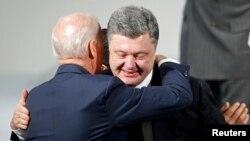 Zëvendëspresidenti amerikan, Joe Biden e përqafon presidentin ukrainas, Petro Poroshenko - Arkiv