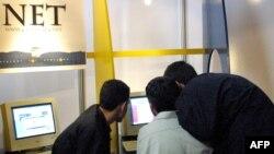 Молодые люди в интернет-кафе. Иллюстративное фото.