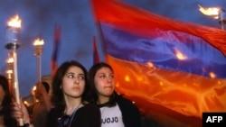 ارمنیهای ایروان در مراسم نودمین سال «کشتار ارامنه» در سال ۲۰۰۵ (عکس: AFP)