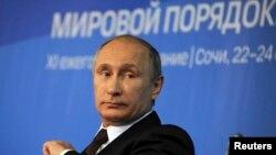 Putin Soçidäki halkara forumda 'Günbatar Orsýetiň Ukrainadaky kanuny bähbitlerini äsgermezlik etdi' diýdi.