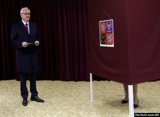 Їржі Драгош на виборчій дільниці у Празі, 12 січня 2018 року