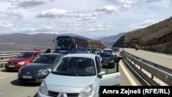 Kolona automjetesh në Rrugën e Kombit, afër tunelit të Kalimashit,31 mars 2018.