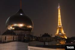 Cupola de pe Catedrala ortodoxă rusă a Sfintei Treimi în construcție pe Quai Branly în centrul Parisului
