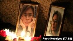 Цветы и свечи у Соловецкого камня по случаю 13-й годовщины убийства журналистки Анны Политковской. Санкт-Петербург, 7 октября 2019 года.