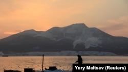 Кунашир, один из четырех островов Курильской гряды, право на который оспаривают Россия и Япония.