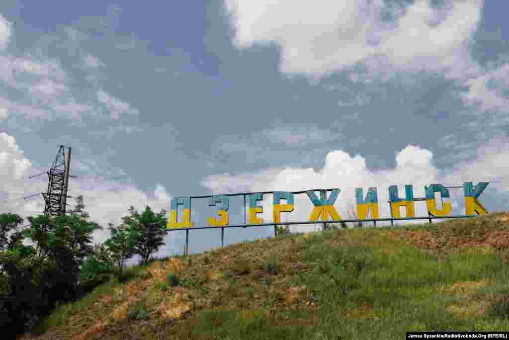 The Dzerzhynsk sign has been painted with the colors of the Ukrainian flag.