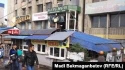 Кафе в центре Алматы после взрыва. 18 сентября 2014 года.