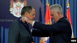 Tomisllav Nikolliq (djathtas) duke ia dhënë Sergei Lavrovit Urdhërin e Flamurit Serb në Beograd