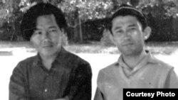 Ақын Жұмекен Нәжімеденов (сол жақта) композитор Шәмші Қалдаяқовпен бірге, Алматы, 1963 жыл. Жеке мұрағаттағы сурет.