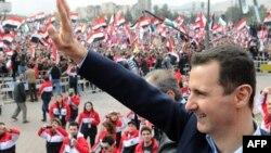 Башар Асад приветствует своих сторонников