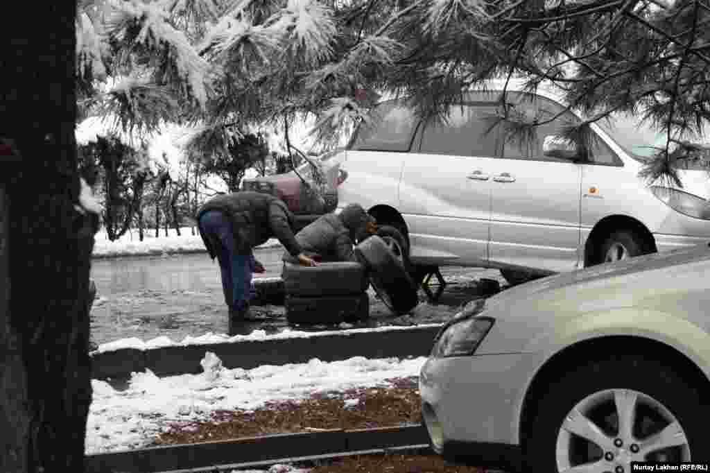 Некоторые автовладельцы меняют летнюю резину на зимнюю прямо на обочине дороги.