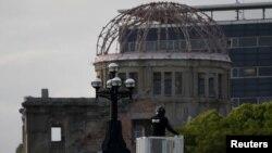 Японская полиция охраняет Мемориал мира накануне визита президента США