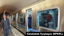 Алматы метросының «Абай» бекетіндегі көрініс.