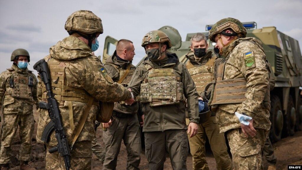 ولودیمیر زلنسکی، رئیسجمهوری اوکراین، در حال بازدید از یک منطقه درگیری در شرق کشور