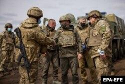 Presiden Ukraina Volodymyr Zelenskiy (tengah) mengunjungi pasukan di sepanjang garis depan di timur Ukraina pada 8 April.
