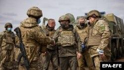 Украинанын президент Владимир Зеленский (ортодо) өлкөнүн дүрбөлөңдүү чыгыш бөлүгүндө болду. 2021-жылдын 8-апрели.