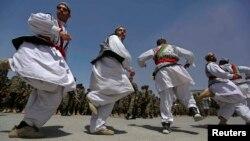 شماری از افغانها در حال اجرای اتن