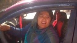 سارا بهاوي په افغانستان كې لومړنۍ ټكسي چلوونكې مېرمن