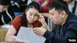 Мигранттар Екатеринбургда тест тапшырууда. 13-январь, 2015-жыл