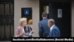 Эмилия Слабунова с пикетом в поддержку Дмитриева