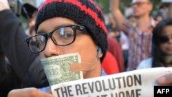 Участник акции протеста в США