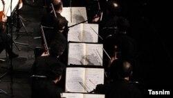 ارکستر سمفونیک تهران در حال تمرین یک قطعه در سال ۹۶