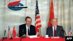 """3 decembrie 1989, Malta -- Președintele SUA George Bush făcând o glumă cu liderul sovietic Mihail Gorbaciov. Cei doi se află la bordul navei""""Maxim Gorki"""", ancorată în portul Marsaxlokk"""