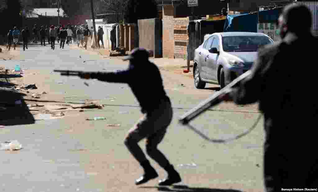 Policia shtie në drejtim të protestuesve, gjatë trazirave të lidhura me burgosjen e ish-presidentit. (Soveto, Johanesburg, 13 korrik 2021)