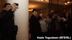 Журналисты и «люди в штатском» снимают акцию протеста журналистов оппозиционной газеты «Голос Республики». Алматы, 22 февраля 2013 года.