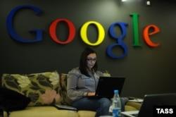 Google кеңсесінде отырған қызметкер. (Көрнекі сурет)