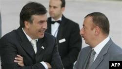 Саакашвили (слева) беседует с Ильхамом Алиевым, Стамбул, 25 июня 2007