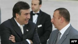 Президент Михейл Саакашвили (слева) и президент Азербайджана Ильхам Алиев (справа)