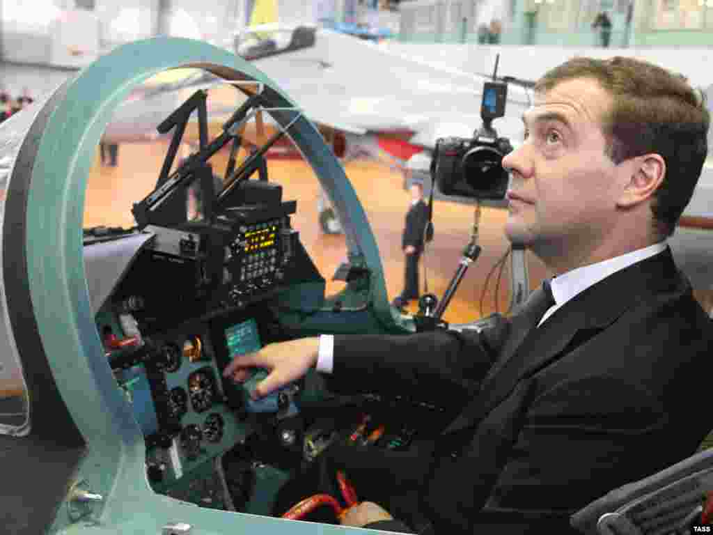 Рабочая поездка Дмитрия Медведева в Иркутск. За штурвалом истребителя