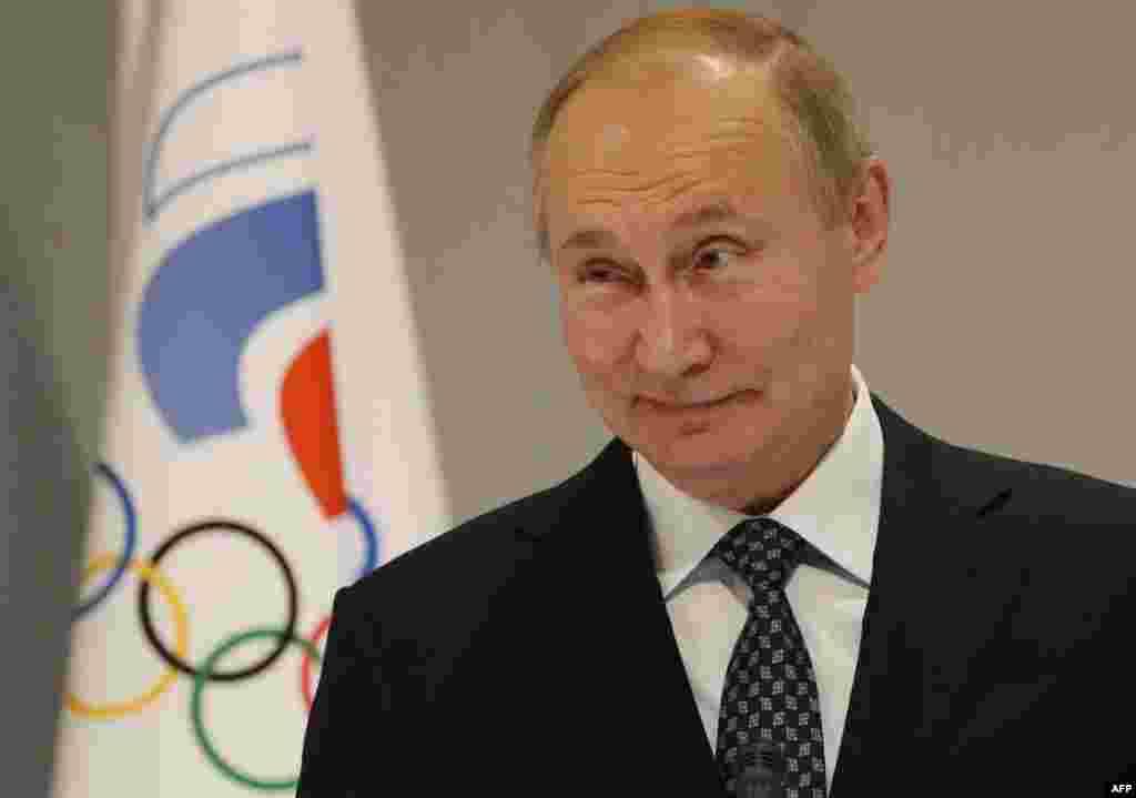"""Popularitatea partidului lui Vladimir Putin, """"Rusia Unită"""", a scăzut în ultima perioadă pe fondul crizei economice și al pandemiei de Covid-19. O victorie cât de clară e cu atât mai importantă pentru Kremlin. Iar pentru Vladimir Putin, miza merge și în viitor – sprijin categoric pentru a obține încă multe mandate prezidențiale. (Imagine din 2019, Soci)"""