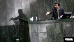 محمود احمدینژاد، رئیس جمهوری ایران در یکی از جلسههای مجلس.