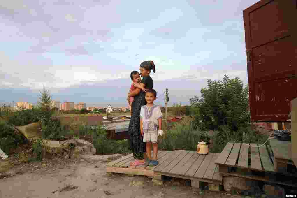 Женщина с дочерью и племянником на окраине Москвы. 31 июля 2011.