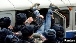 Разгон акции в поддержку Навального во Владивостоке