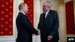 Президент Росії Володимир Путін (ліворуч) та президент Чехії Мілош Земан під час зустрічі у Москвію. 9 травня 2015 року